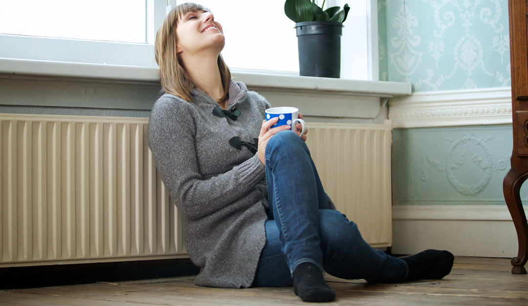 jeune femme posée devant un radiateur