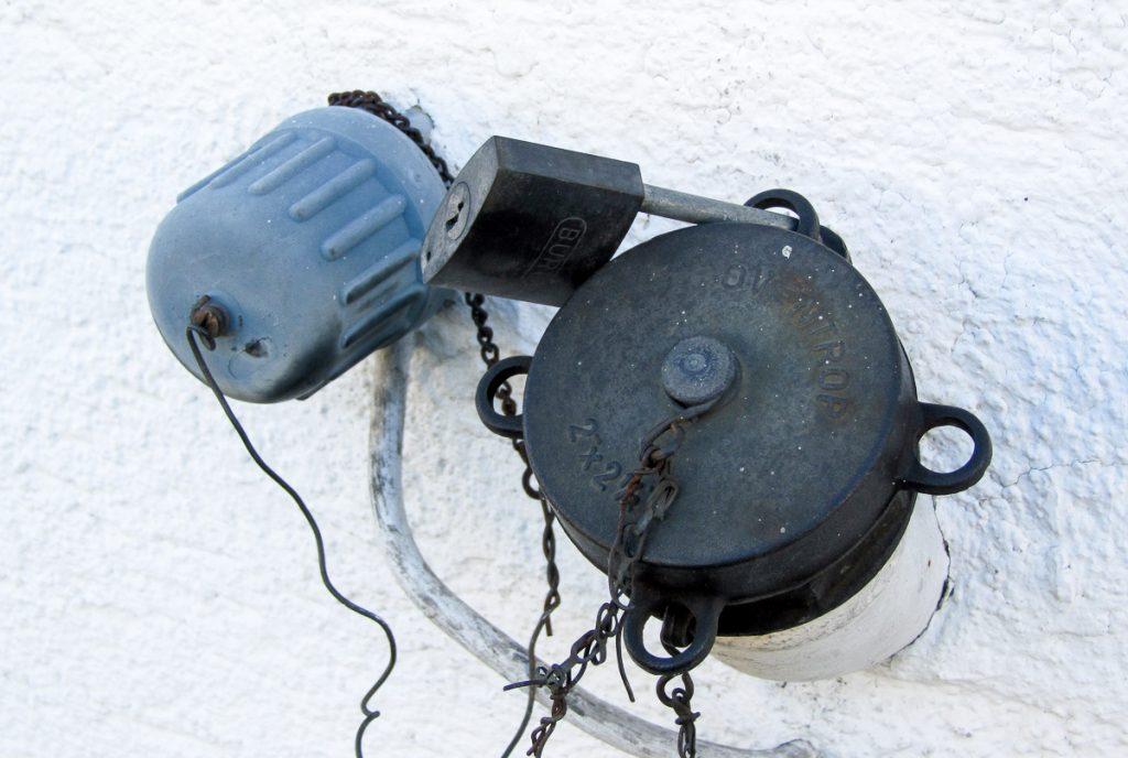Bouchon de cuve à fioul verrouillé par un cadenas
