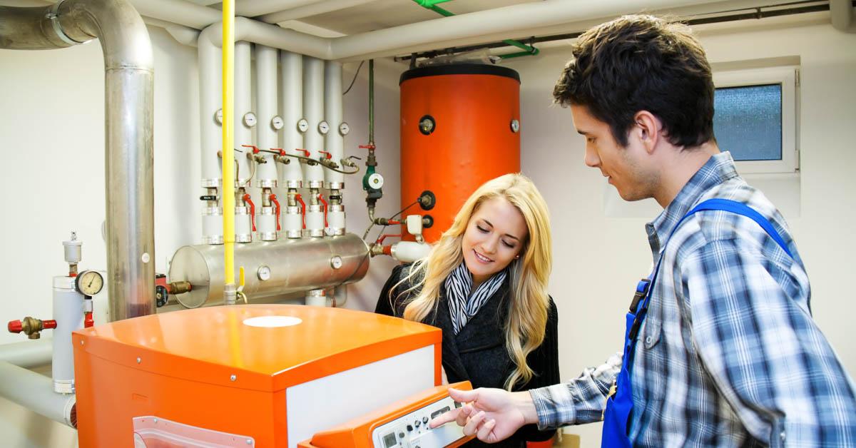 Illustration d'un technicien venant réparer une chaudière fioul en panne. Photos de Lisa S./Shutterstock