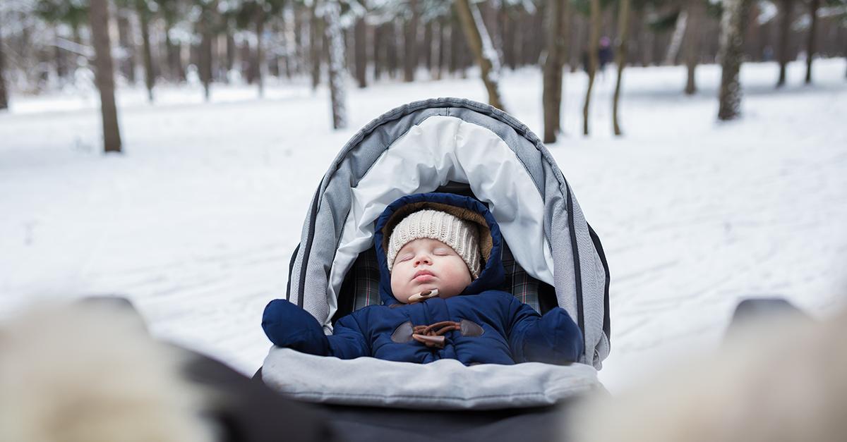 un bébé dort dehors dans le froid