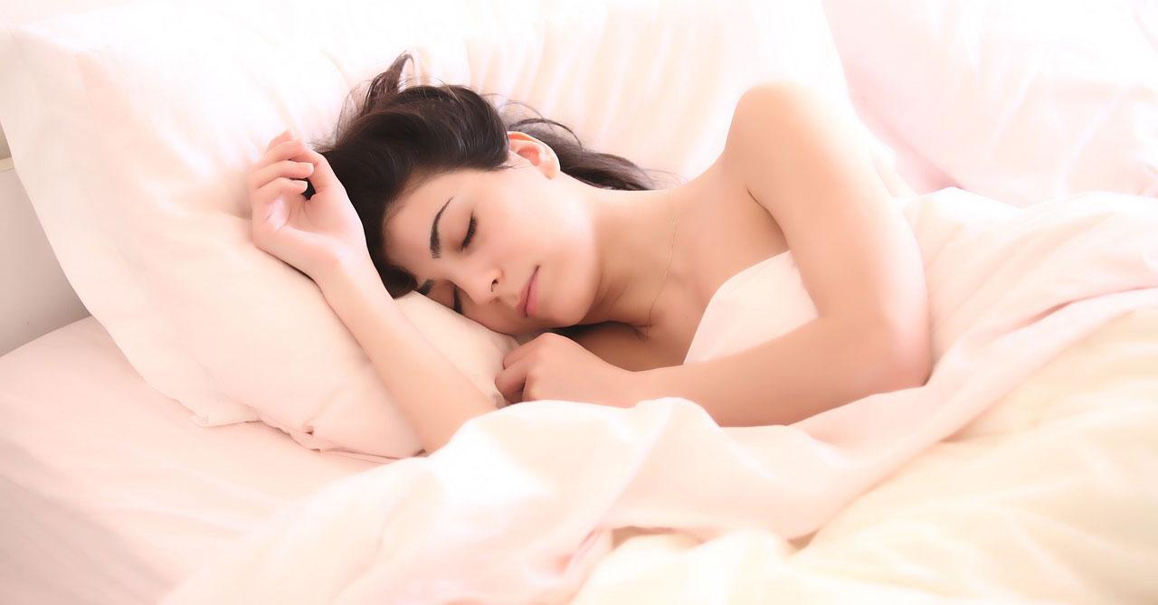 femme qui dort dans son lit