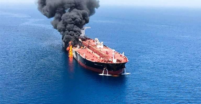 navire pétrolier en feu au large d'Oman