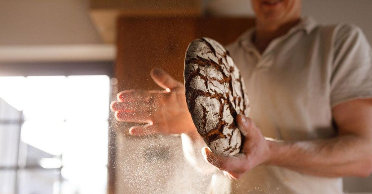 boulanger en train de faire son pain